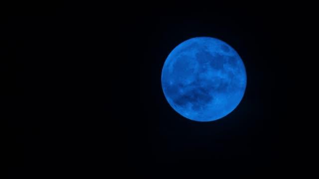Blue moon moving up 4K UHD