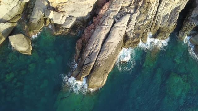vídeos de stock, filmes e b-roll de água e rocha azuis do oceano - penedo