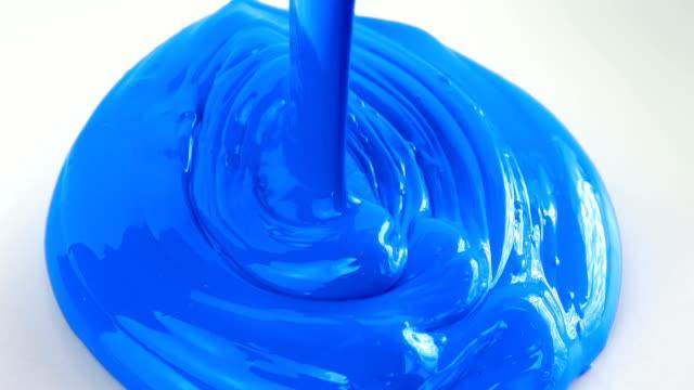 vídeos de stock, filmes e b-roll de derramando a tinta azul - pintor