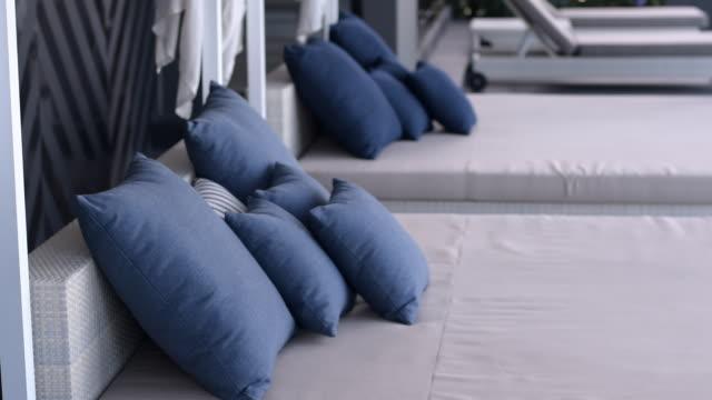 vidéos et rushes de oreillers bleus sur lit d'appoint - mode de la plage