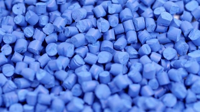 vidéos et rushes de granulés de polymère plastique bleu - plastique