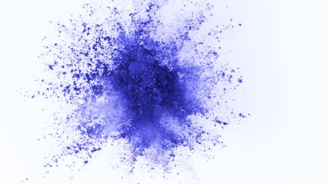 ljusblått pulver exploderar på vit bakgrund i super slow motion - färgbild bildbanksvideor och videomaterial från bakom kulisserna