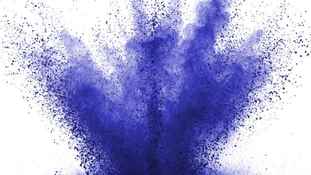 ljusblått pulver exploderar på vit bakgrund i super slow motion - färg bildbanksvideor och videomaterial från bakom kulisserna