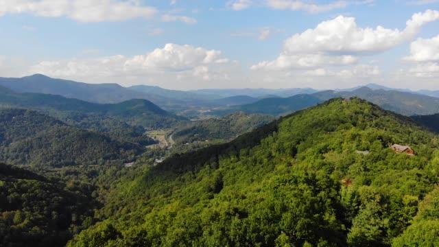 filmati dei droni blue ridge mountains - monti appalachi video stock e b–roll
