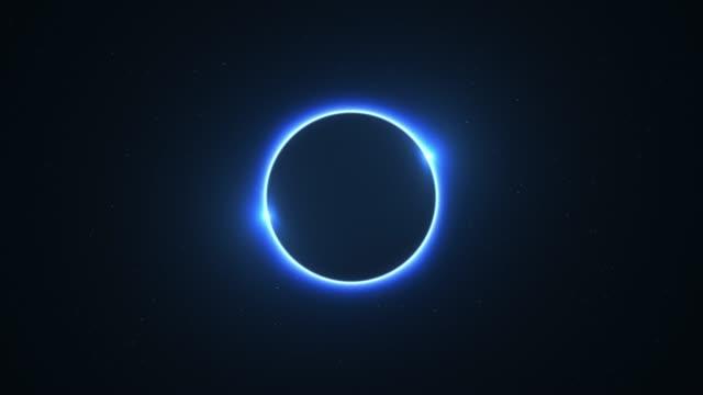 blaue drehende twin flammte sonnenfinsternis mit lichtstrahlen über sternenhimmel schleife - kreis stock-videos und b-roll-filmmaterial