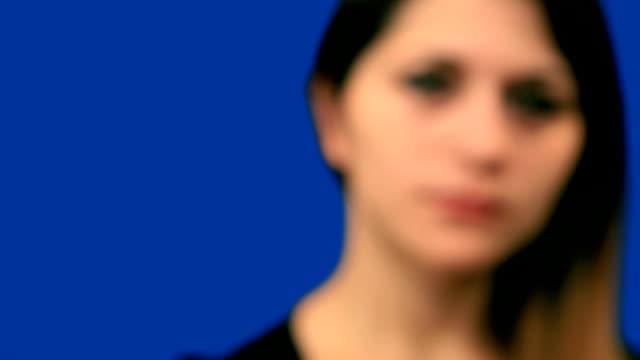 vídeos de stock, filmes e b-roll de blue tela linda garota tentar ouvir close-up - surdo