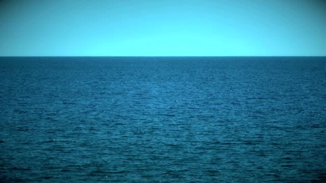 vídeos de stock e filmes b-roll de blue sea horizon 4k - linha do horizonte sobre água