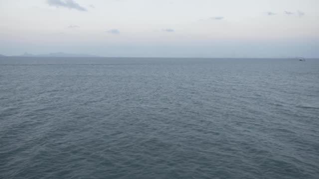 vídeos de stock e filmes b-roll de blue sea ship sailors, commercial, landscape, speed, wave, bulk, container, cargo, nature, sunny - transatlântico