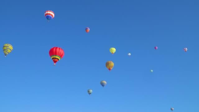 mavi gökyüzü ve bir balon - balon stok videoları ve detay görüntü çekimi
