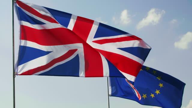 blå himmel och två flaggor i slow motion - brexit bildbanksvideor och videomaterial från bakom kulisserna