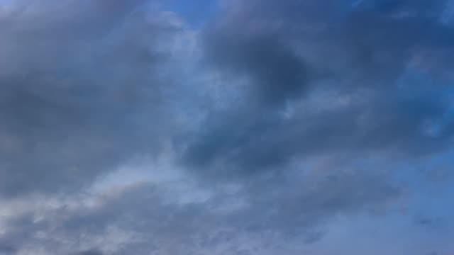 vídeos de stock, filmes e b-roll de céu azul e nuvens brancas às nuvens escuras time-lapse/4k. - só céu