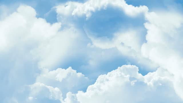 sfondo di cielo blu con nuvole bianche. - paradiso video stock e b–roll