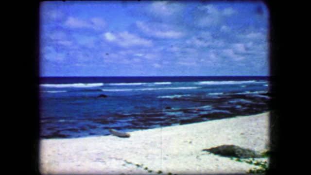 vídeos de stock e filmes b-roll de 1944: blue sky beach white sands majestic view paradise untouched beauty. - oceano pacífico