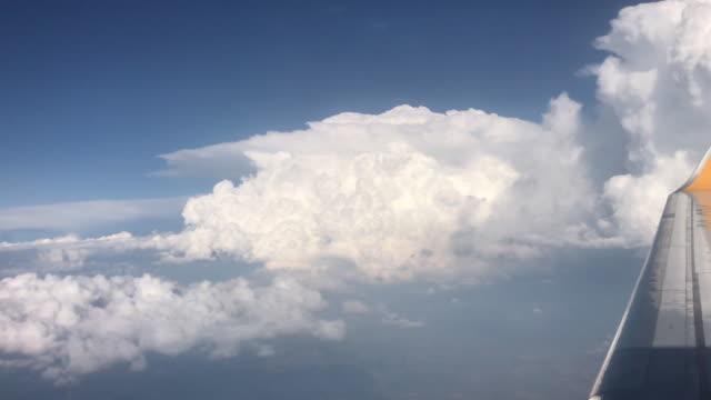 Viagem do avião da nuvem do céu azul - vídeo