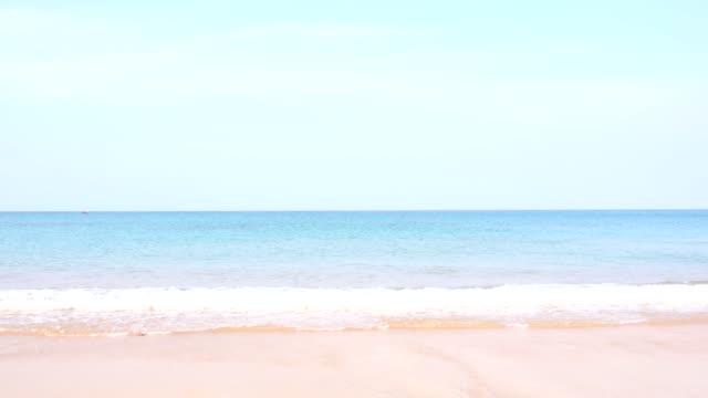 海の水の上の青い空。自然成分を使用。タイ - プーケット点の映像素材/bロール