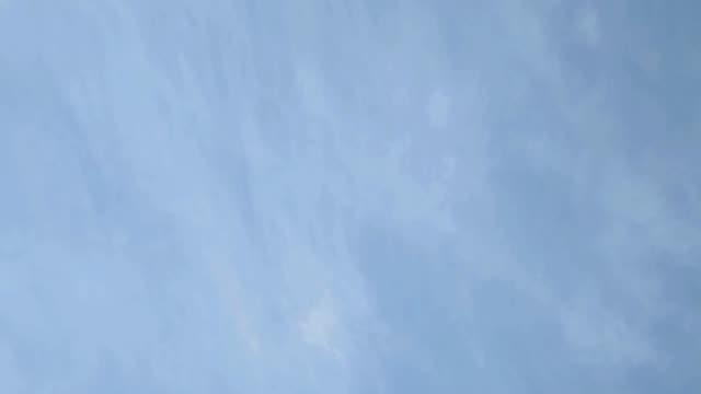 vídeos de stock, filmes e b-roll de céu azul - só céu