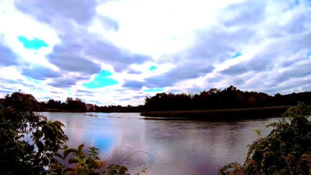 vidéos et rushes de ciel bleu avec des nuages, lac. temps réel - lac reflection lake