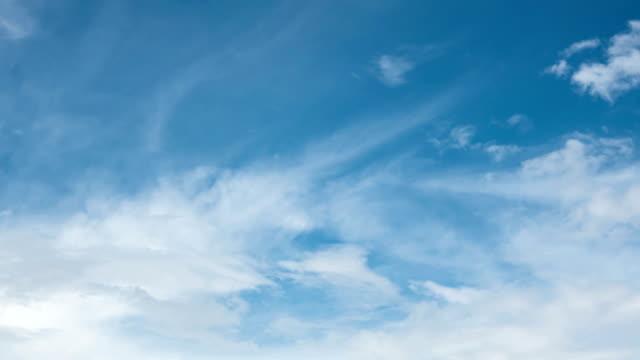 blauer himmel mit weißer wolke. - zirrus stock-videos und b-roll-filmmaterial