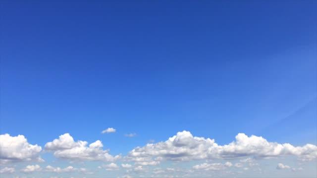 vídeos de stock, filmes e b-roll de céu azul com nuvens brancas macias - só céu