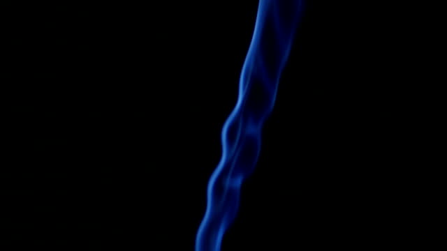 vídeos de stock e filmes b-roll de azul fumaça em fundo preto - cheiro desagradável