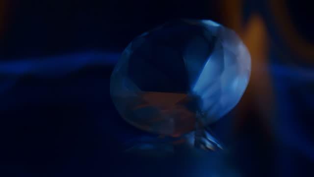 青い火の波は、黒い背景にダイヤモンドを受け入れます。マクロ。クローズ アップ - 文字記号点の映像素材/bロール
