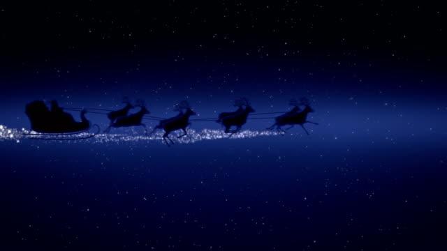 vídeos y material grabado en eventos de stock de noche de navidad azul con estrellas, juegos de santa claus y reno silueta vuelo mostrando feliz navidad mensaje con espacio de texto para colocar logo tipo o copia. presente tarjeta postal de felicitación 4k video de animación - reno mamífero
