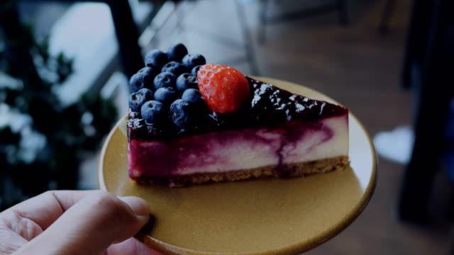 당신을 위해 pov: 블루베리 케이크 - cake 스톡 비디오 및 b-롤 화면