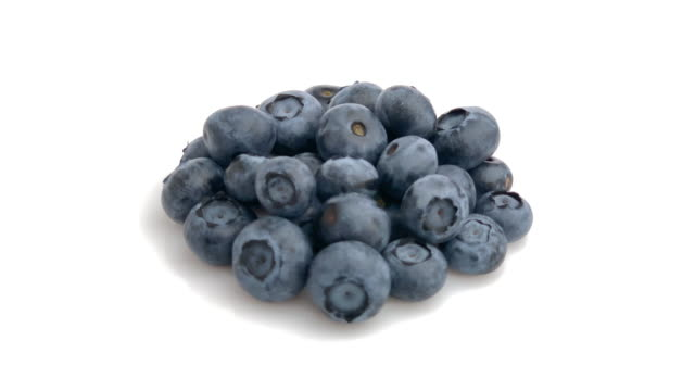 vídeos de stock e filmes b-roll de blueberry heap isolated - baga