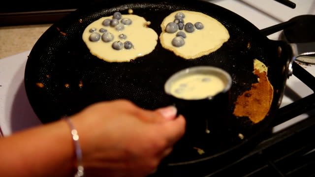 frittelle integrali ai mirtilli fino - pancake video stock e b–roll