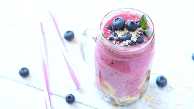 Heidelbeer-Smoothie mit Chia-Samen, Sesam und frischen Beeren – Video
