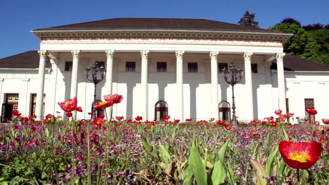 Blumenbeet vor dem historischem Gebäude. video