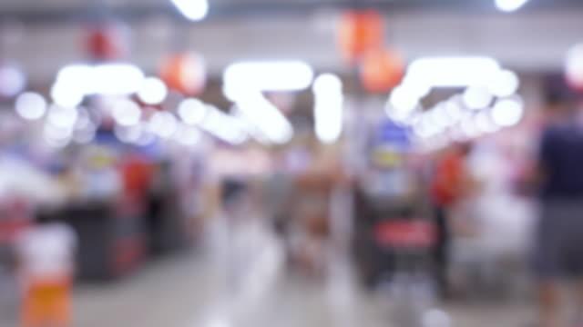 oskärpa bakgrunden kunden betala notan för mat och produkt på mataffär kassan monter - dagligvaruhandel, hylla, bakgrund, blurred bildbanksvideor och videomaterial från bakom kulisserna