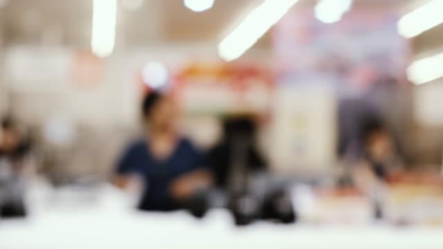 oskärpa bakgrundsgrupp av människor som köper färsk mat från hyllan i snabbköpet - dagligvaruhandel, hylla, bakgrund, blurred bildbanksvideor och videomaterial från bakom kulisserna