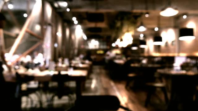 コーヒーショップで顧客のぼかし画像やデフォーカス、抽象的なぼかしシーンの背景 - バーカウンター点の映像素材/bロール
