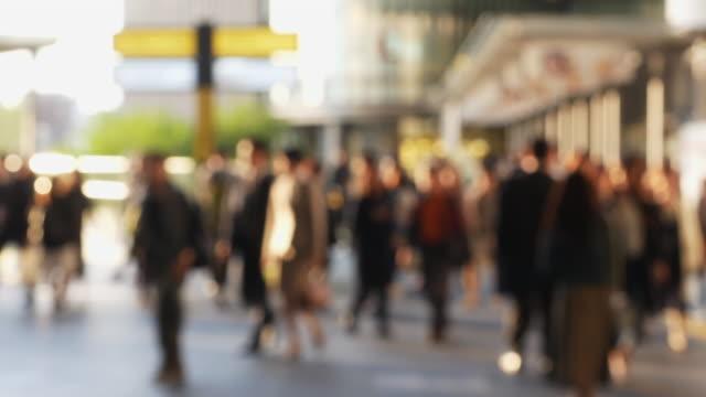vídeos de stock e filmes b-roll de blur people walking on street urban city lifestyle - office background