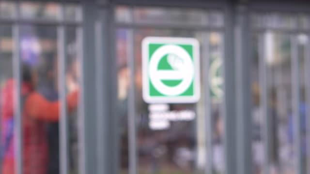 公共スペースの喫煙エリアをぼかす - 人の居住地点の映像素材/bロール