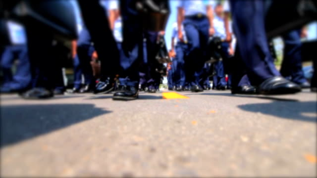 vídeos y material grabado en eventos de stock de borrosa de cadetes de la fuerza aérea de marcha en una escuela de tailandia. - air force