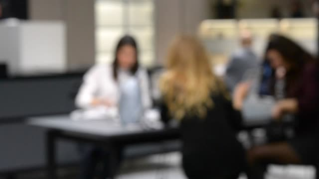 suddig bakgrund affärskvinna sitter vid bordet och diskutera business - oskarp rörelse bildbanksvideor och videomaterial från bakom kulisserna