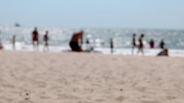 verschwommene strandblick vom strand entfernt. panorama - sonnenschirm stock-videos und b-roll-filmmaterial