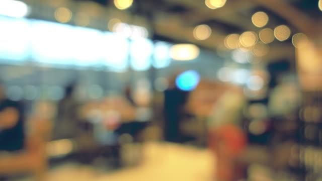 verschwommene bokeh; die menschen verschiedener lebensstile im modernen restaurant. - bewegungsunschärfe stock-videos und b-roll-filmmaterial