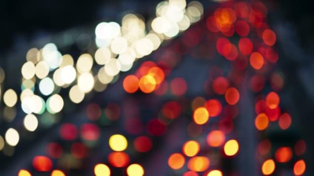 vídeos de stock e filmes b-roll de ld blurred car lights of the heavy highway traffic - desfocado focagem