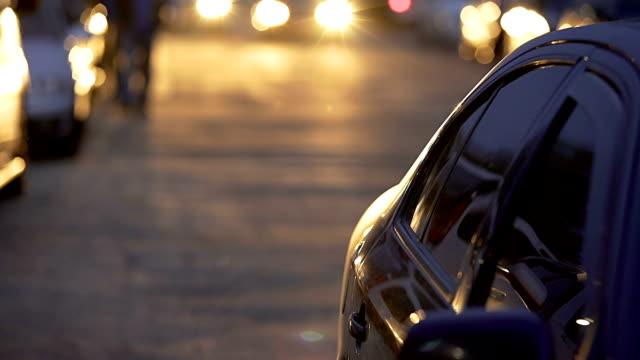 suddig bil med ljusa strålkastare långsamt körning på parkeringen, auto park - stationär bildbanksvideor och videomaterial från bakom kulisserna