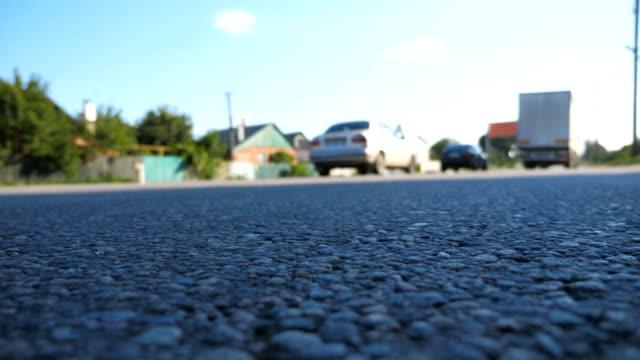 vidéos et rushes de floue voitures vont un par un sur la route. lecteur de véhicules sur route goudronnée. le trafic routier. faible angle vue slow motion - vue en contre plongée