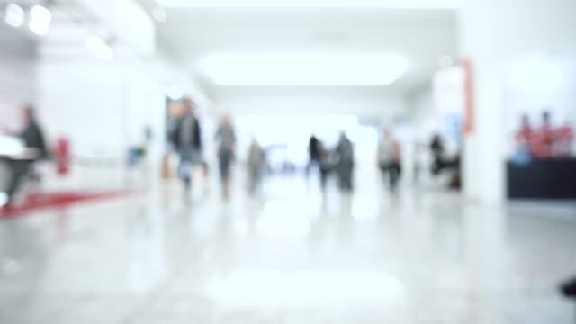 ぼやけた群衆の人々 - 展示点の映像素材/bロール