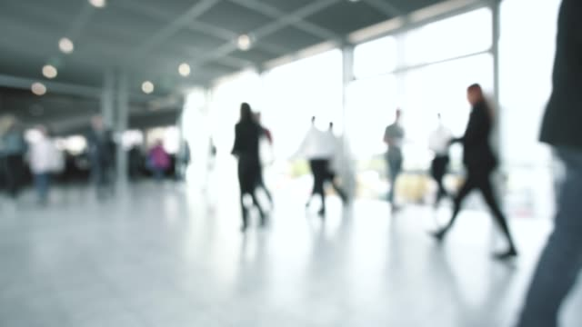 ぼやけた群衆の人々 - 展示会点の映像素材/bロール