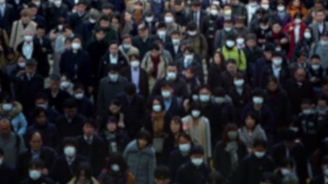 stockvideo's en b-roll-footage met 4k, wazig onscherp beeld mensen dragen beschermend masker als bescherming griep - japan