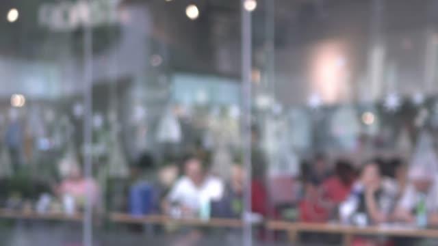 作業スペースで満たす人々 のぼやけグループ - カフェ文化点の映像素材/bロール