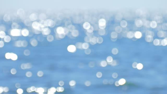 キラキラと輝く海の表面のイメージがぼやけ - 水面点の映像素材/bロール