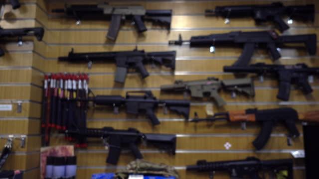 vidéos et rushes de boutique de motion, armurerie et/ou bb gun floue. - armement