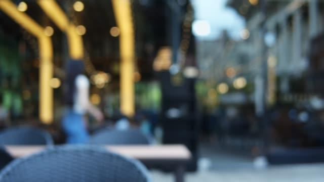 vídeos de stock e filmes b-roll de blurred motion of people in restaurant blur background - office background